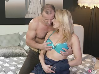 Insane how this MILF can occupy oneself with the big chunk of cock